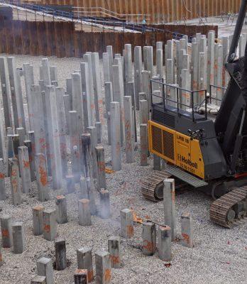 Papirøen | Holbøll banker pæle i byggegrube