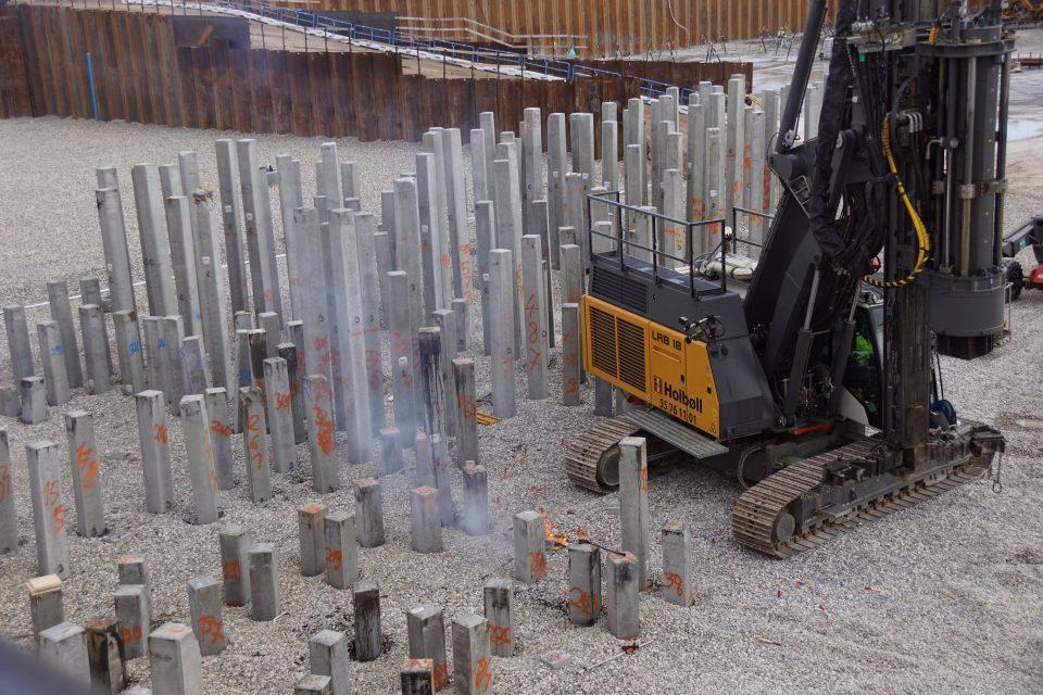 Papirøen   Holbøll banker pæle i byggegrube